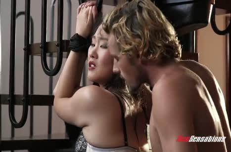 Бедная азиаточка изнывает от жесткого траха с мужиком