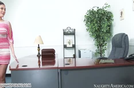 Красивая азиатка перепихнулась в офисе с негром #1