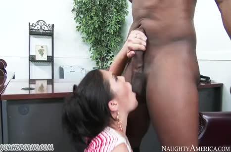 Красивая азиатка перепихнулась в офисе с негром #2