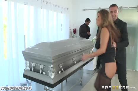Бесстыжая парочка устроила порно прямо на похоронах