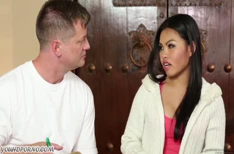 Крепкий массажист приласкал красивую пациентку азиатку