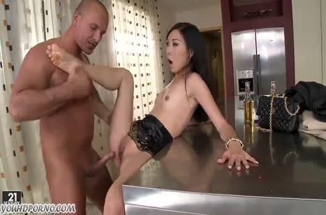 Азиатка в эротичном платье быстро приложилась к члену #4
