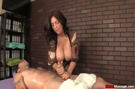 Опытная зрелая массажистка умеет обращаться с членами #6