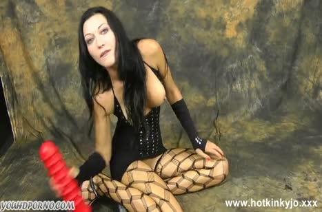 Сучка пихает себе в задницу огромные секс игрушки и стонет #2
