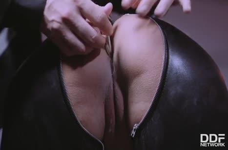 Кудрявая сучка одевается в латекс и придается извращениям #3