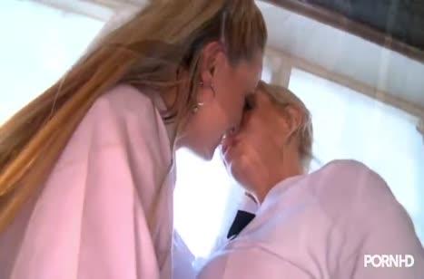 Беловолосые молодые лесбиянки страстно ласкают друг друга #1