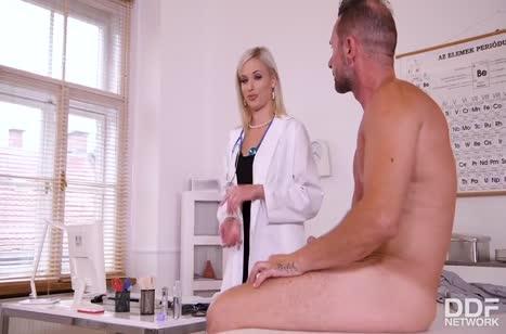 Беловолосая докторша хочет анала с пациентом #2