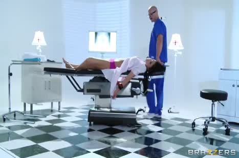 Красотка Audrey Bitoni оказалась во власти пошлого санитара