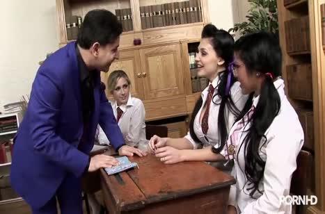 Пока препод не видит студентки устроили лесбо групповуху