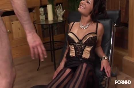 Чика в сексуальном прикиде ловит удовольствие на члене #1
