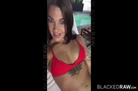 Сексуальная брюнетка обслужила большой черный член перед камерой