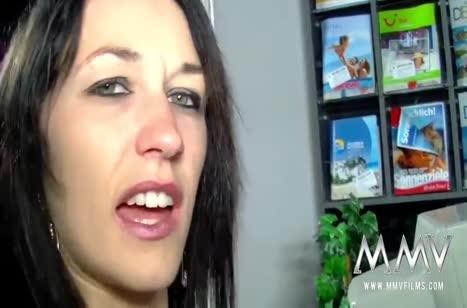 Девочки устроили групповой секс прямо в магазине