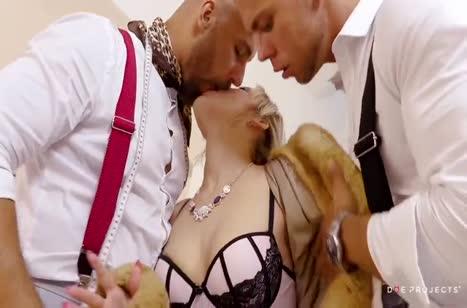 Блондиночка Ria Sunn сама приехала на секс к любовникам #2