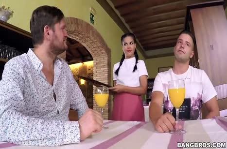 Красивая официантка отдалась на двойное проникновение с посетителями