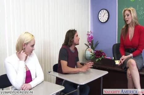 Девки прямо после занятий устраивают групповое порно в кабинете #1