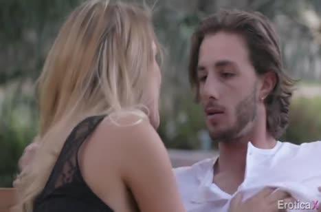 August Ames получает оргазм от красивого траха с другом