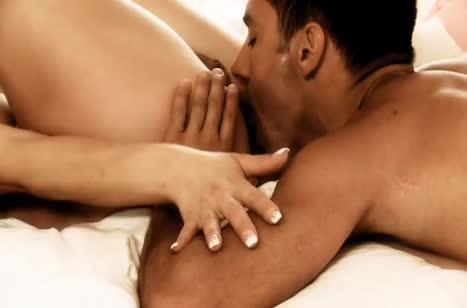 Женушка с классной жопой красиво кувыркается с мужем в постели
