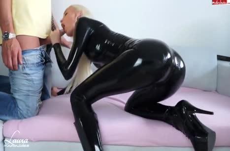 Блондинка в сексуальном костюме снимает с другом оргию
