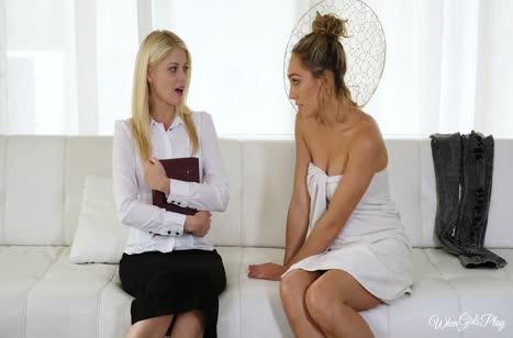 Опытная лесбиянка учит молодую блондинку сексу #2