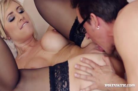 Блондинка с большими сиськами красиво напрашивается на секс #6