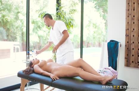 Секси брюнетка с шикарной жопой залезла на большой хер массажиста #2