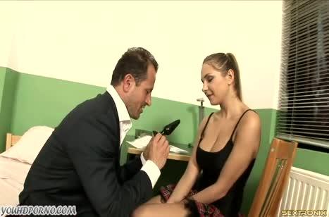 Молодая студентка опробовала игрушку и большой член препода