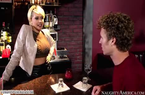 Похотливая девица не против перепихнуться прямо в баре #2