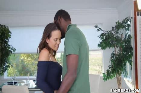 Симпатичная Jade Nile опробовала большой кукан черного самца #2