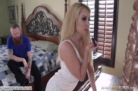 Крепкий негр приласкал сочную блондинку с большими сиськами
