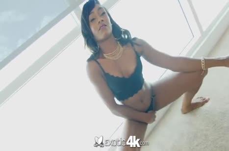 Негритянка в секс наряде опробовала белого самца