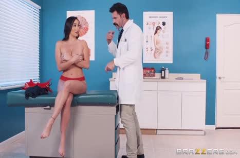 Похотливый доктор положил глаз на пациентку с большими сиськами