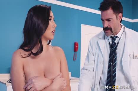 Похотливый доктор положил глаз на пациентку с большими сиськами #2