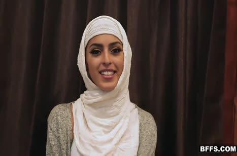 Симпатичные мусульманки замутили групповуху на большом члене