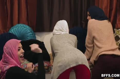 Симпатичные мусульманки замутили групповуху на большом члене #3