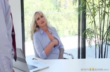 Зрелая блондинка с большой грудью охотно раздвинула ноги в офисе
