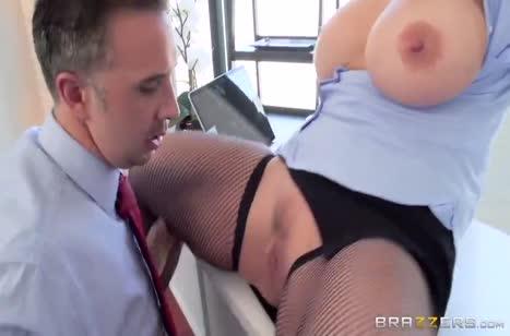 Зрелая блондинка с большой грудью охотно раздвинула ноги в офисе #2
