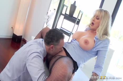 Зрелая блондинка с большой грудью охотно раздвинула ноги в офисе #3
