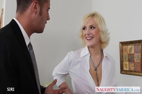 Кокетливая блондинка с большими сиськами оседлала член коллеги