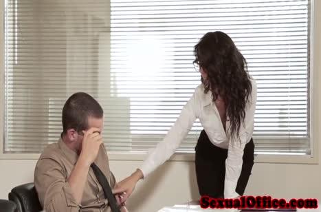 Похотливая брюнеточка всячески намекает коллеге на перепихон
