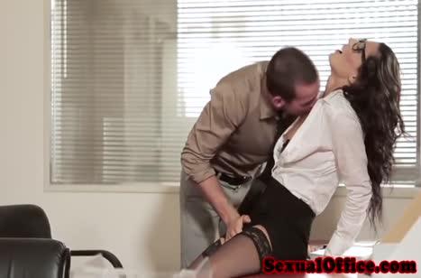Похотливая брюнеточка всячески намекает коллеге на перепихон #2