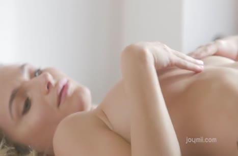 Красотка нежно раздевается и мастурбирует писю в постели #2