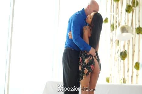 Брюнетке с большой задницей лысый бойфренд доставляет оргазм