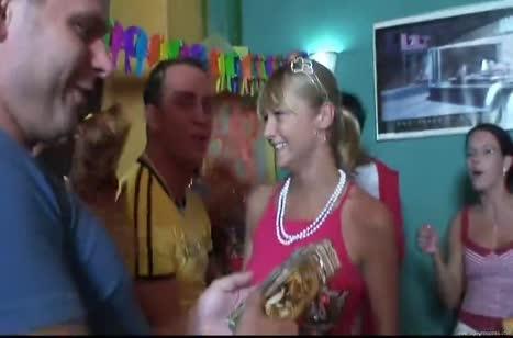 Пьяные телочки пускаются в разнос на Дне рождения друга