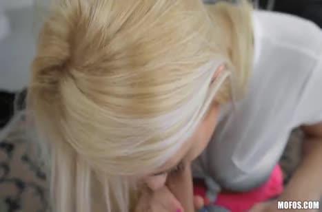 Блондинка с зачетным прицепом седлает бойфренда на диване #4