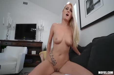 Блондинка с зачетным прицепом седлает бойфренда на диване #5