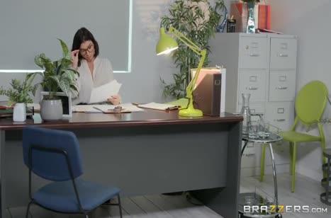 Сочная Ivy Lebelle оголилась перед коллегой в офисе #1