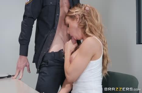 Nicole Aniston с большими сиськами изнывает от члена охранника #2