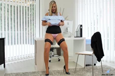 Пухлая Crystal Swift занялась мастурбацией в кабинете #2